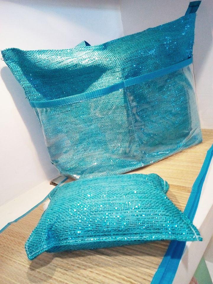 un cuscino azzurro e una borsa