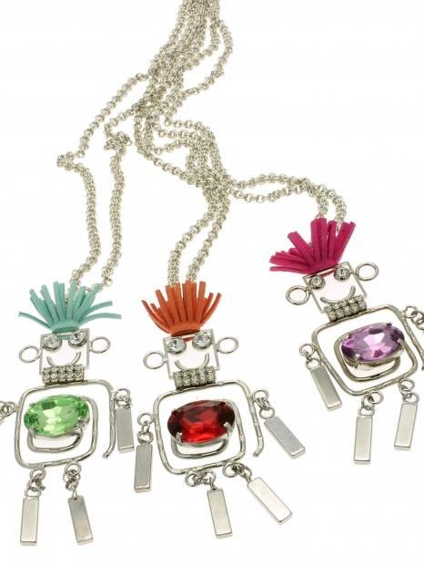 delle collane a forma di omini con pietre colorate