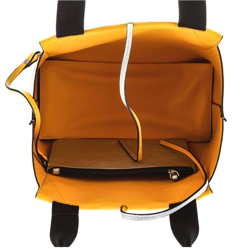 una borsa aperta di colore giallo