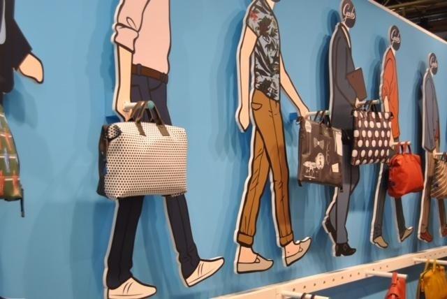 dei rilievi disegnati di uomini che camminano con delle borse