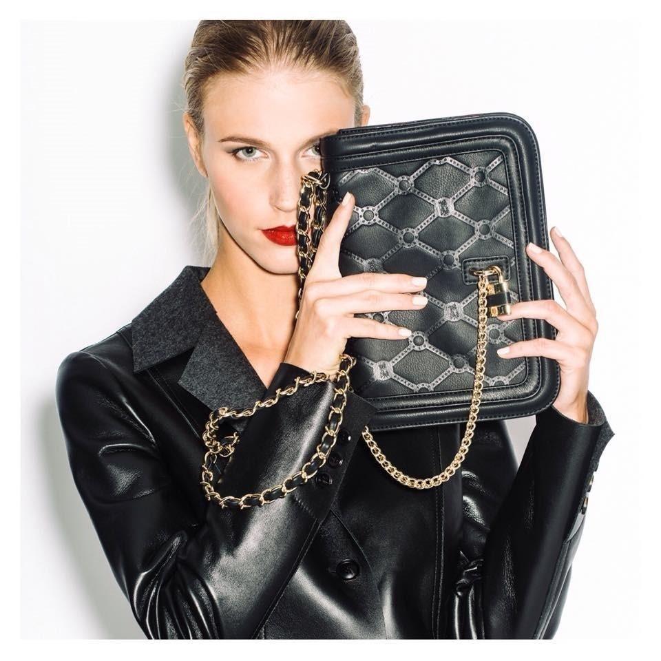 una donna con una borsetta nera in mano