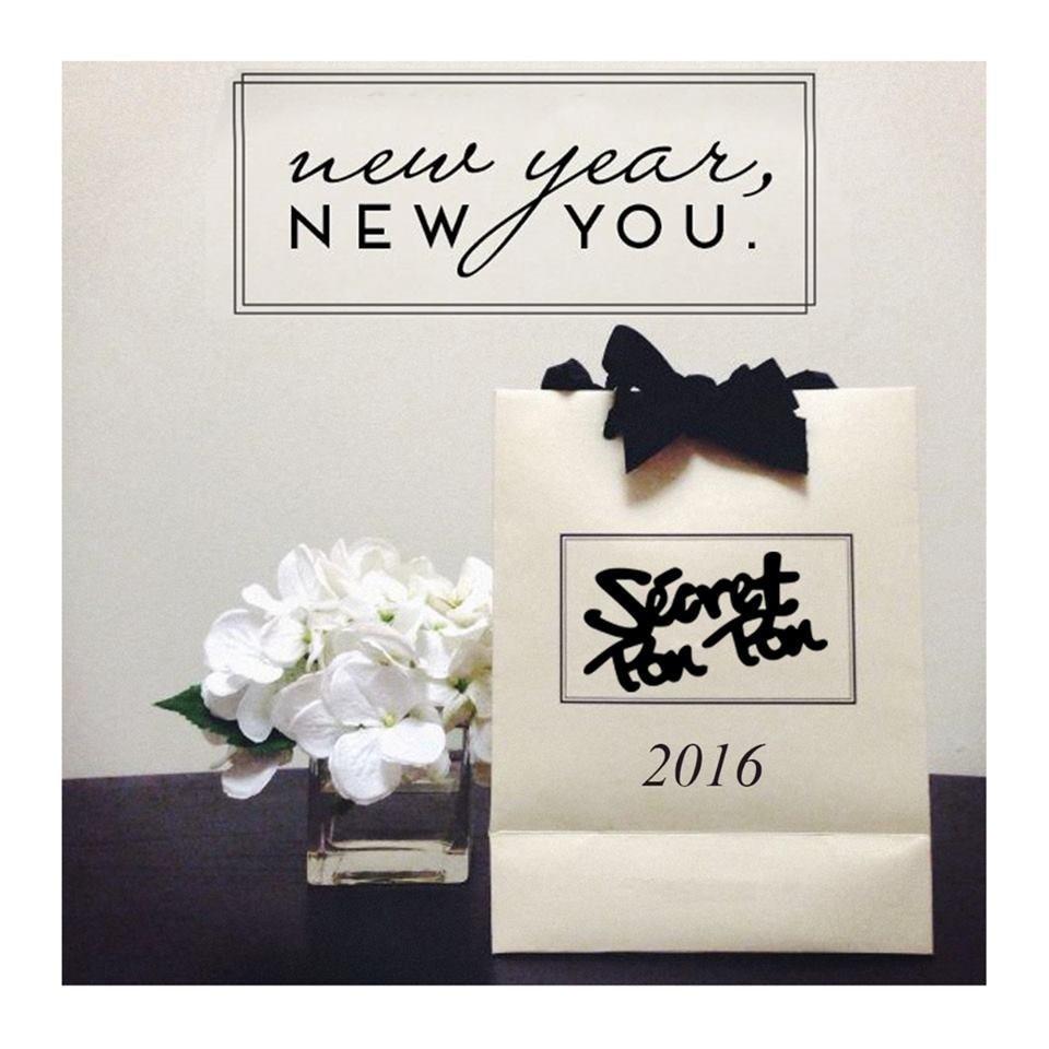 dei fiori bianchi e un pacchetto con scritto Secret Pon Pon 2016