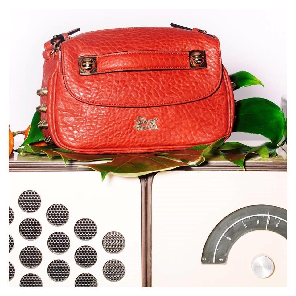una borsa di pelle rossa