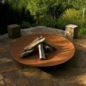 Un lit fire pit with wood background