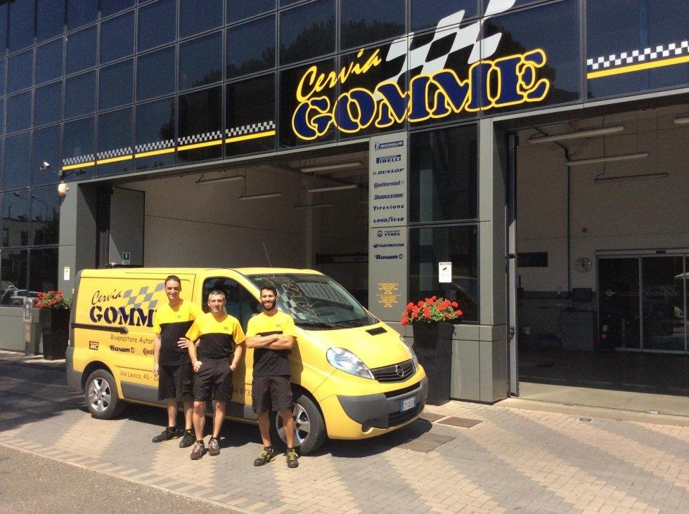 staff davanti al furgone dell'officina CERVIA GOMME