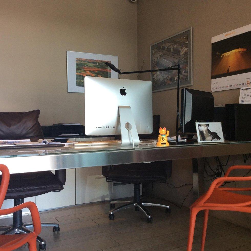 vista frontale scrivania