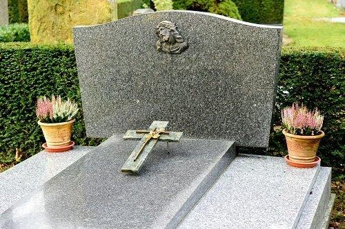 una tomba in marmo