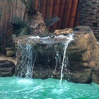 Roccia con cascata