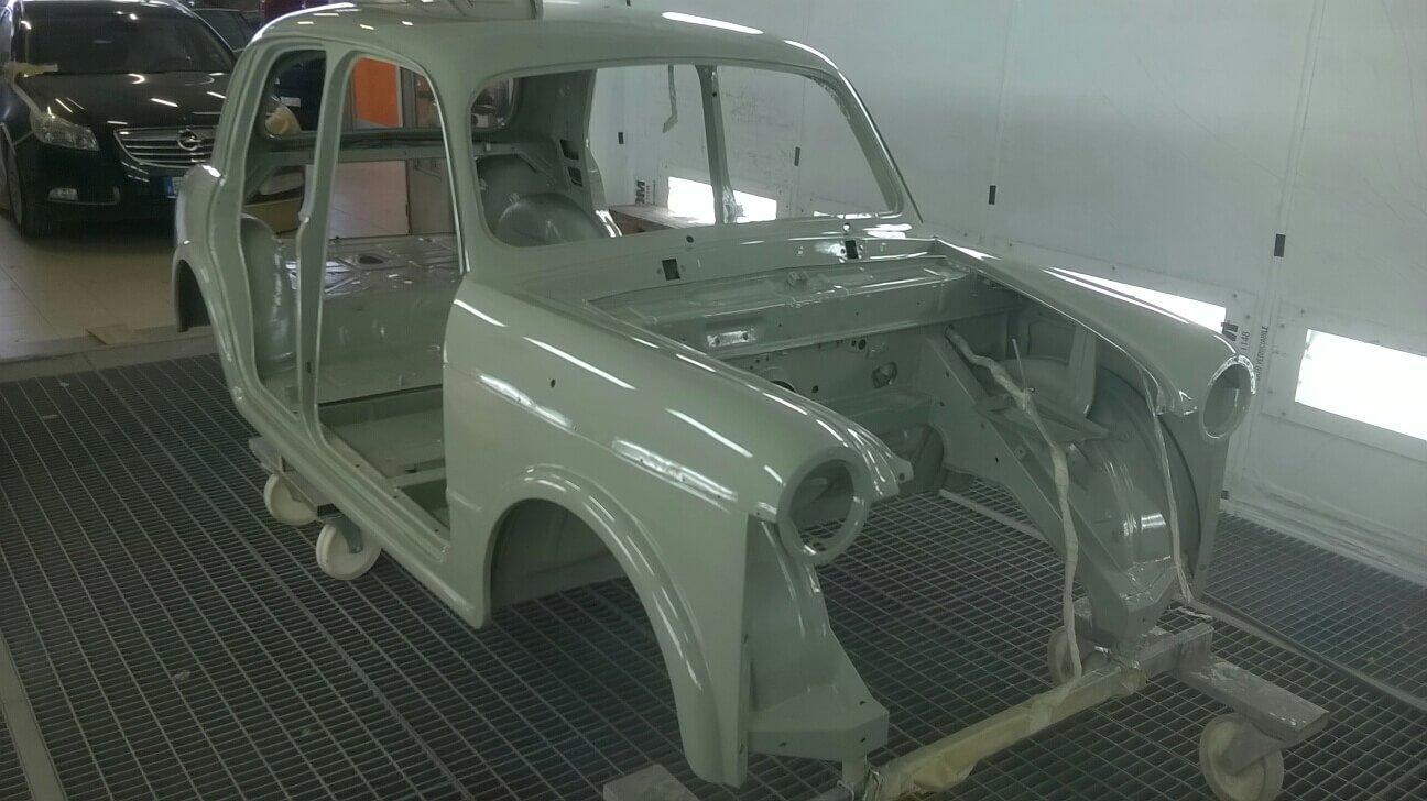 macchina d'epoca in restauro