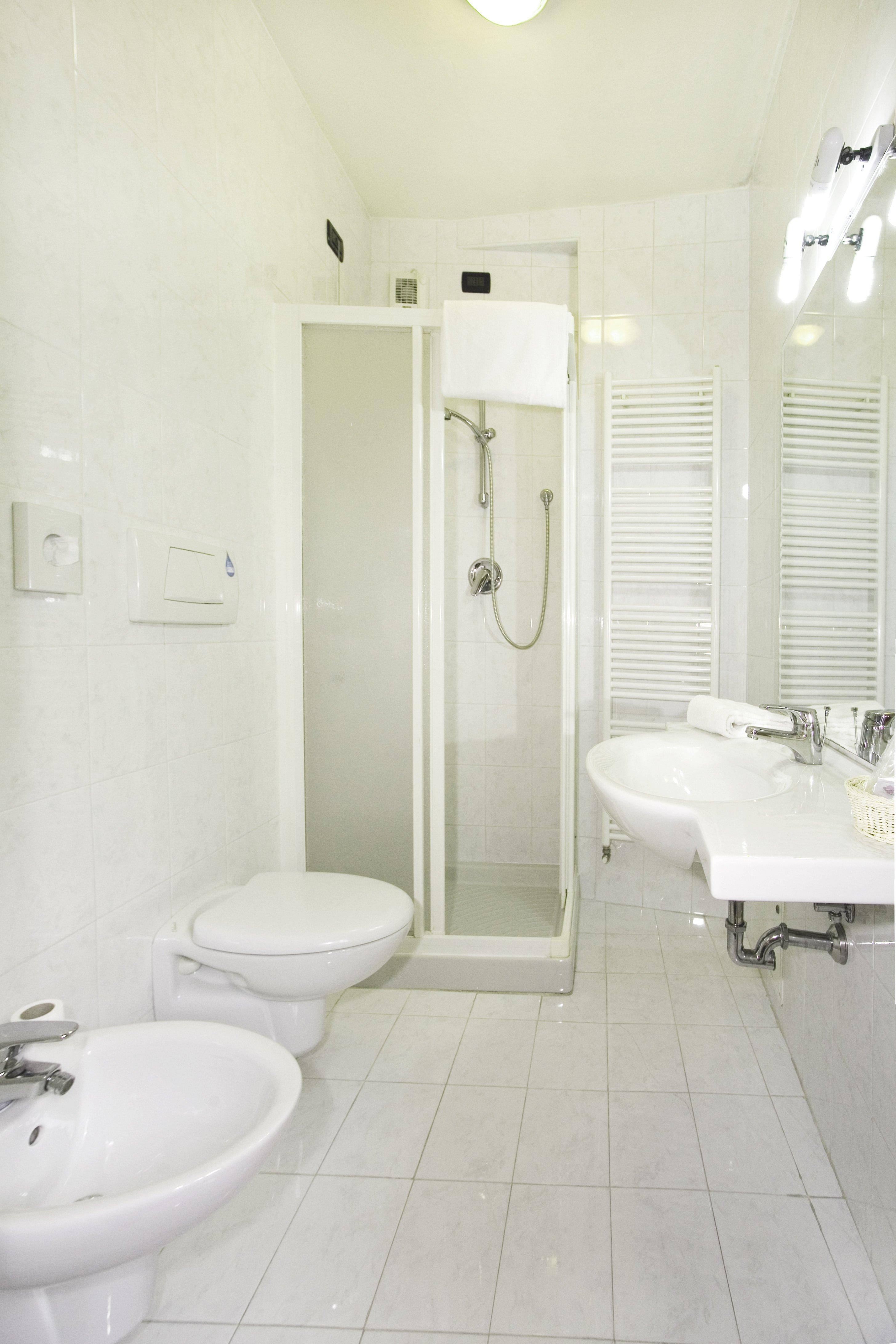 Bagno bianco di hotel