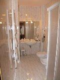 Bagno di hotel con water, bidet, lavabo e doccia