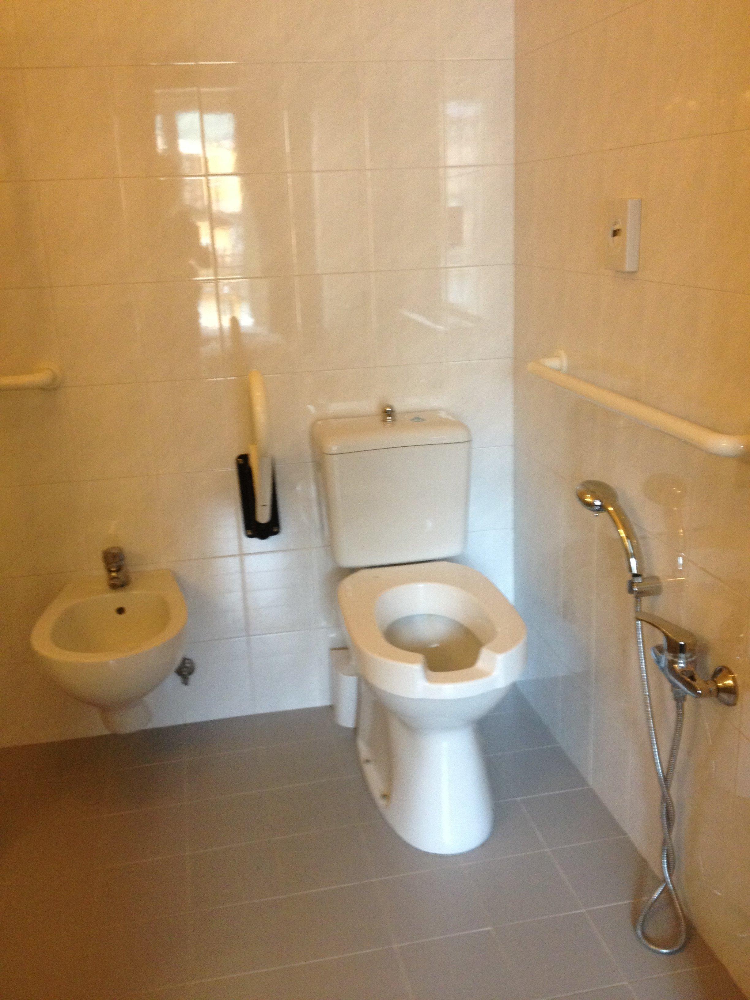 Bagno di hotel con water, bidet e doccino