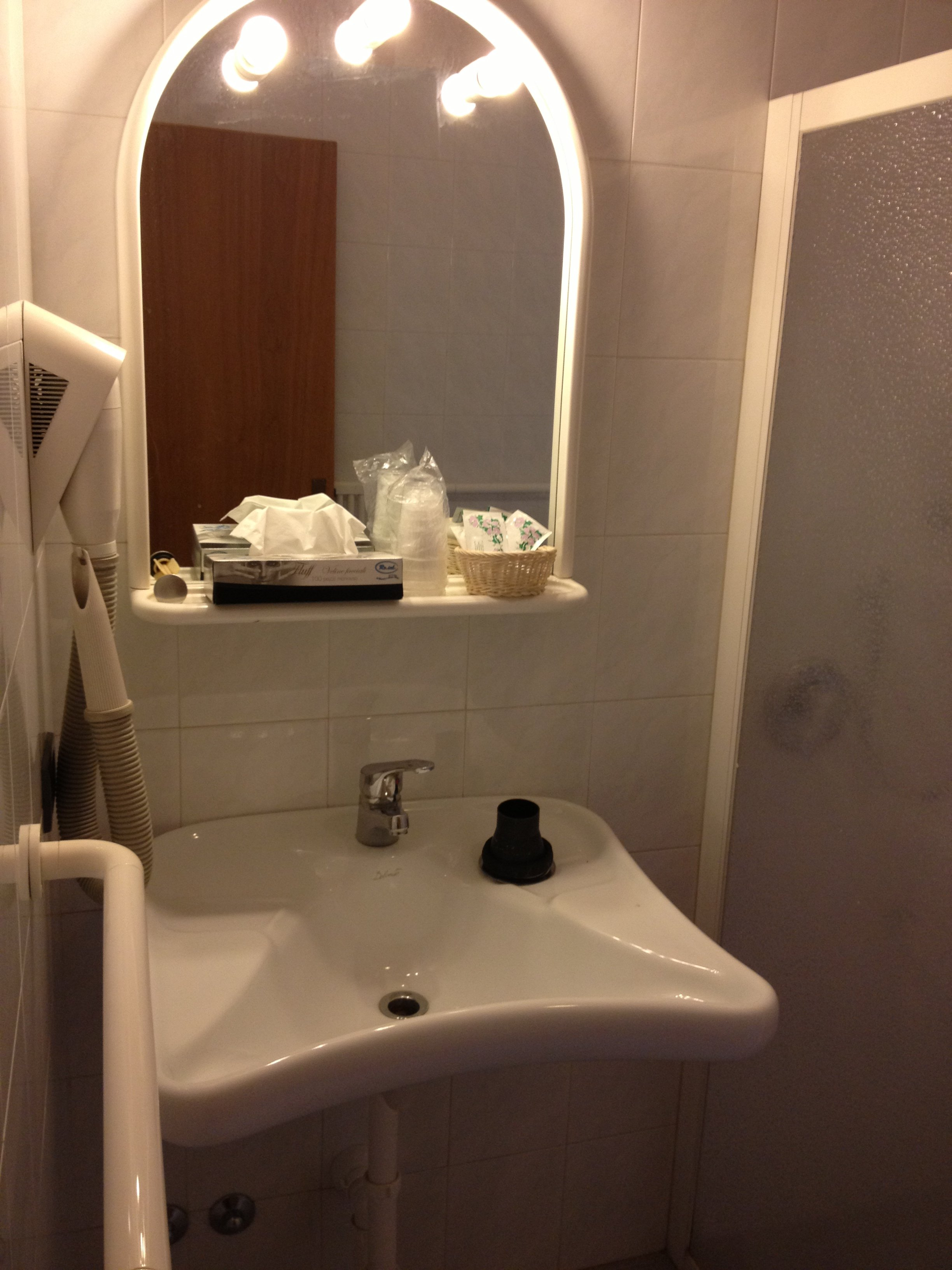 Lavabo bianco e specchio