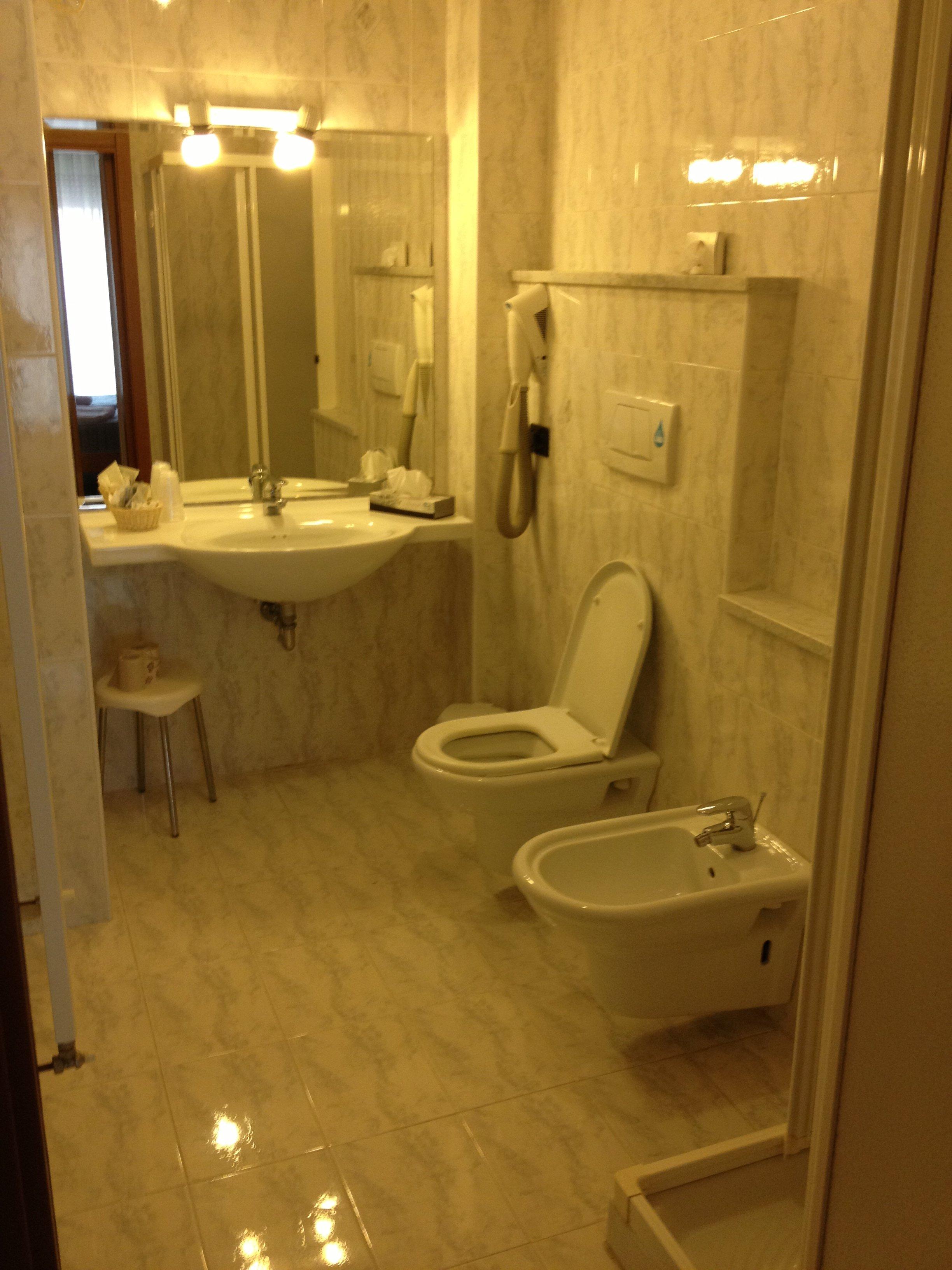 Bagno di hotel con water, bidet e lavabo