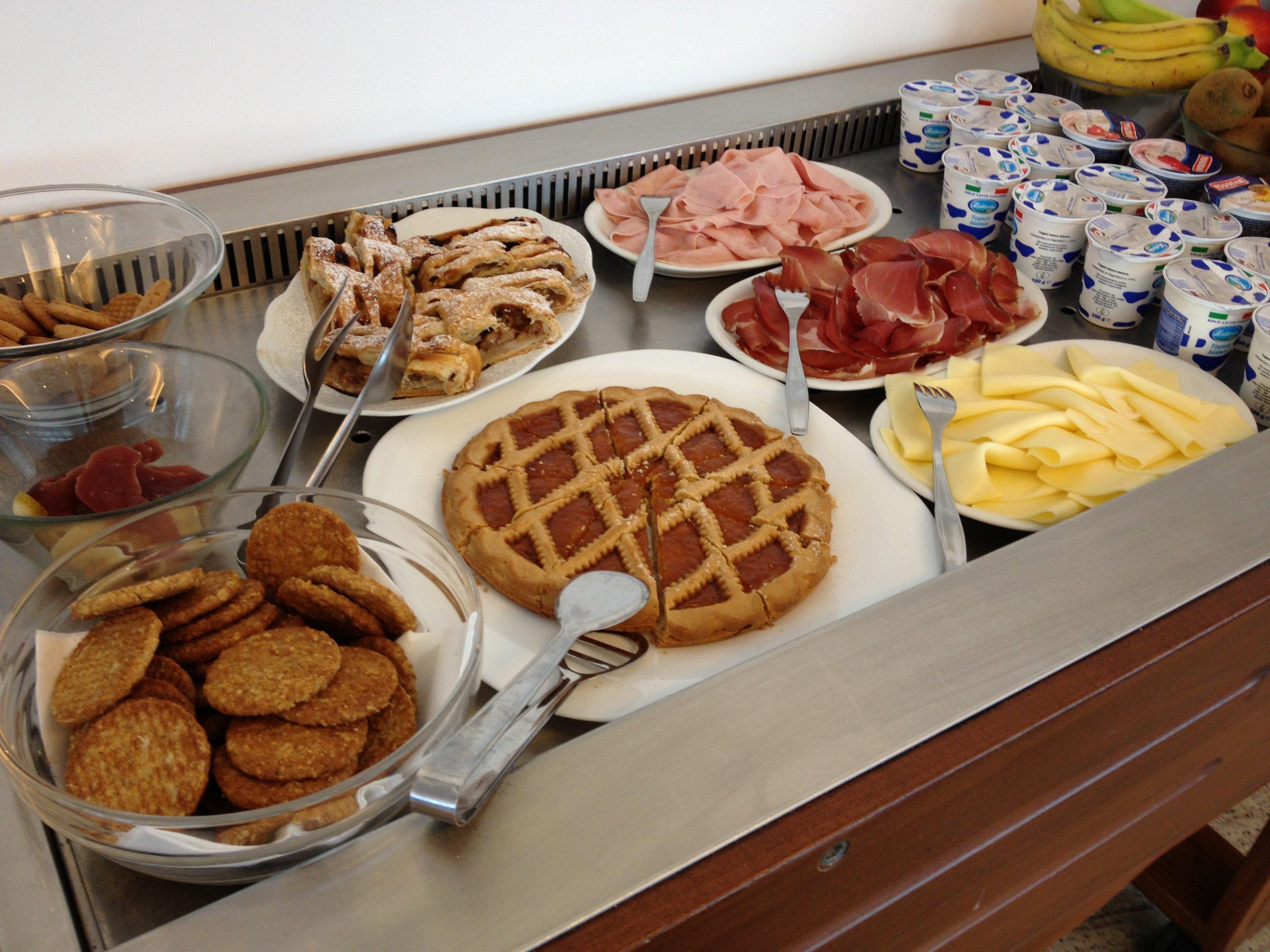 Crostate, biscotti, dolci e frutta