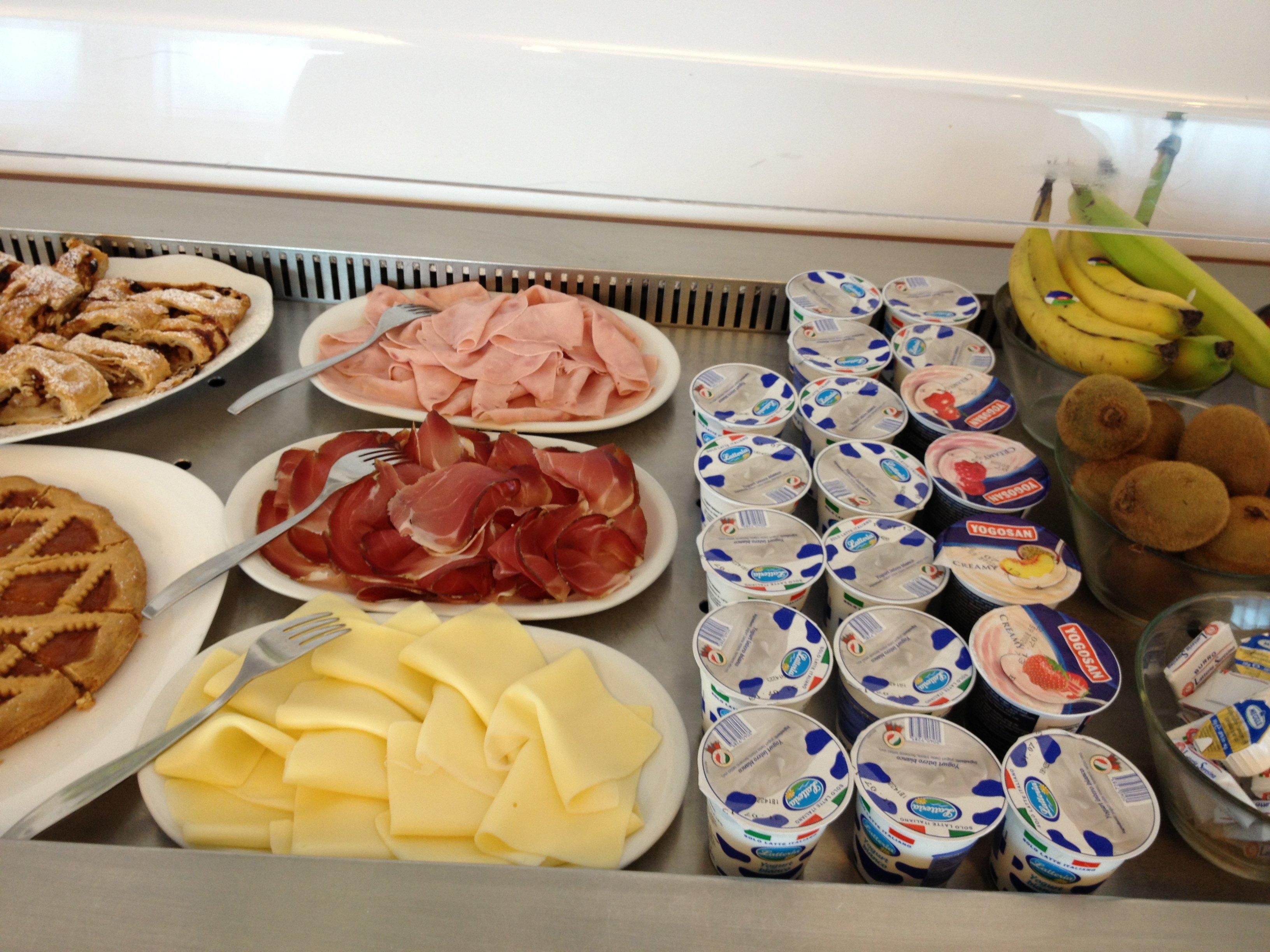 Colazione internazionale: formaggi, affettati e yogurt
