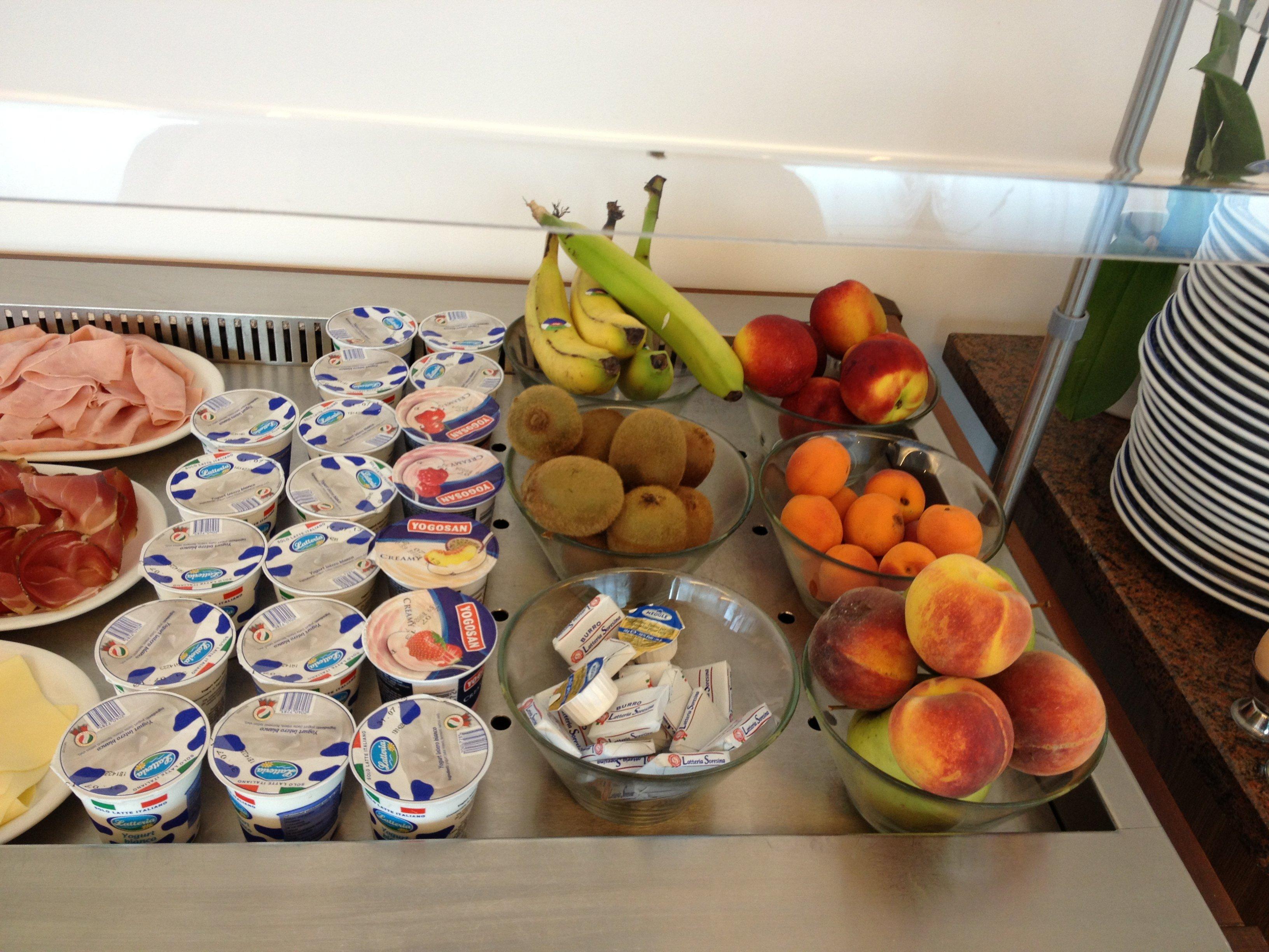 Buffet con yogurt e frutta fresca