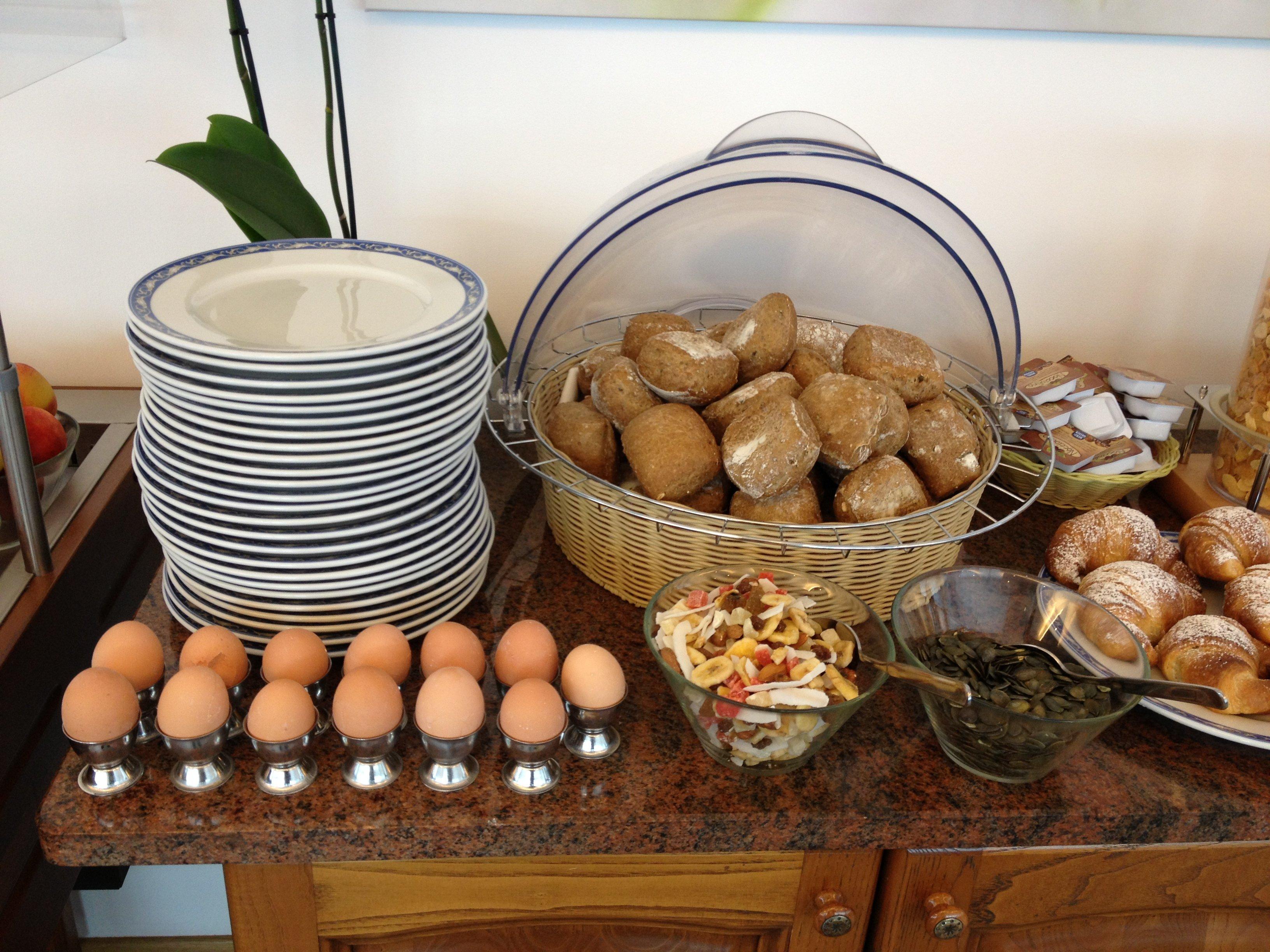 Buffet con uova, pane fresco e piatti