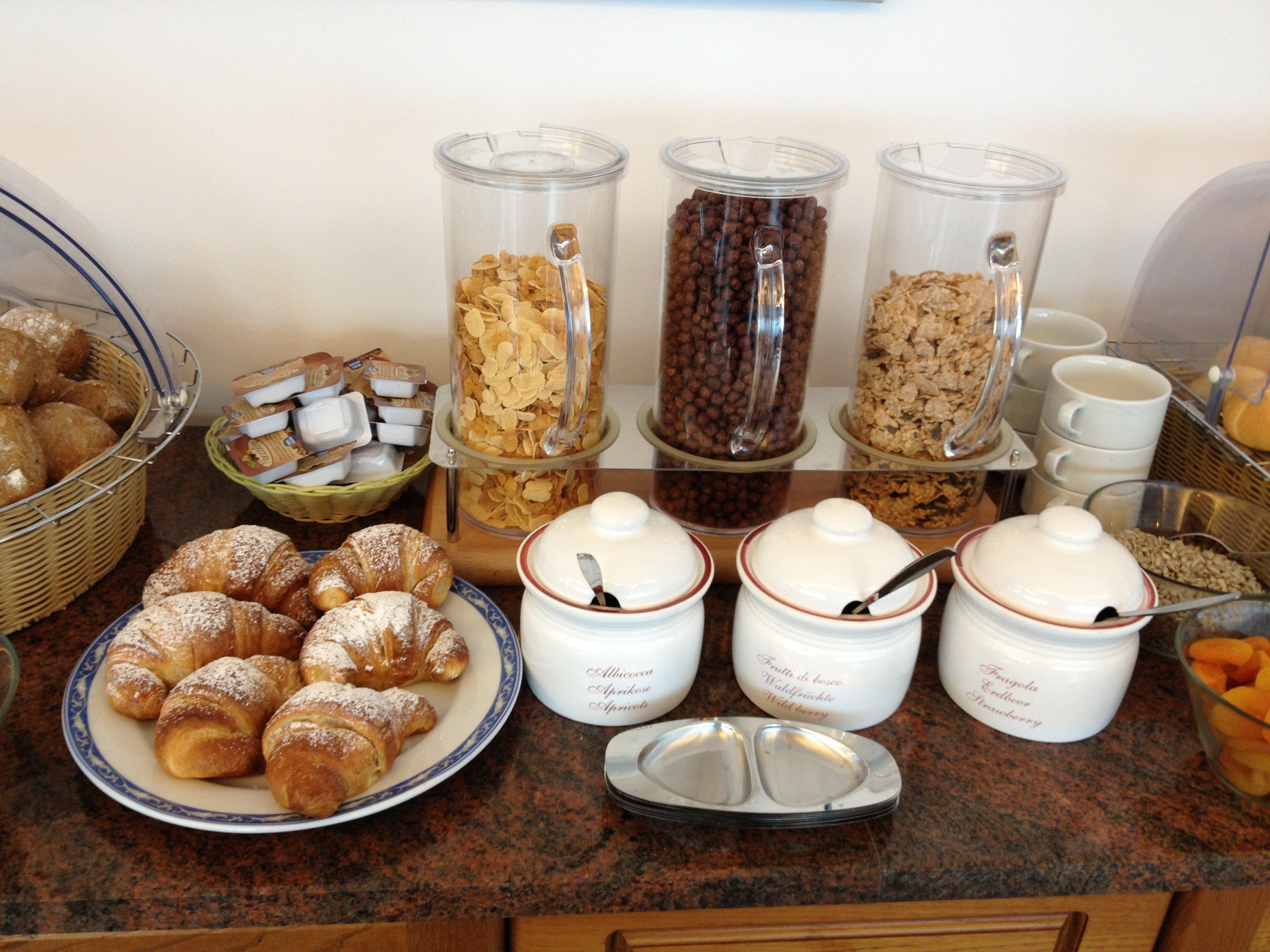 Buffet con cereali e cornetti