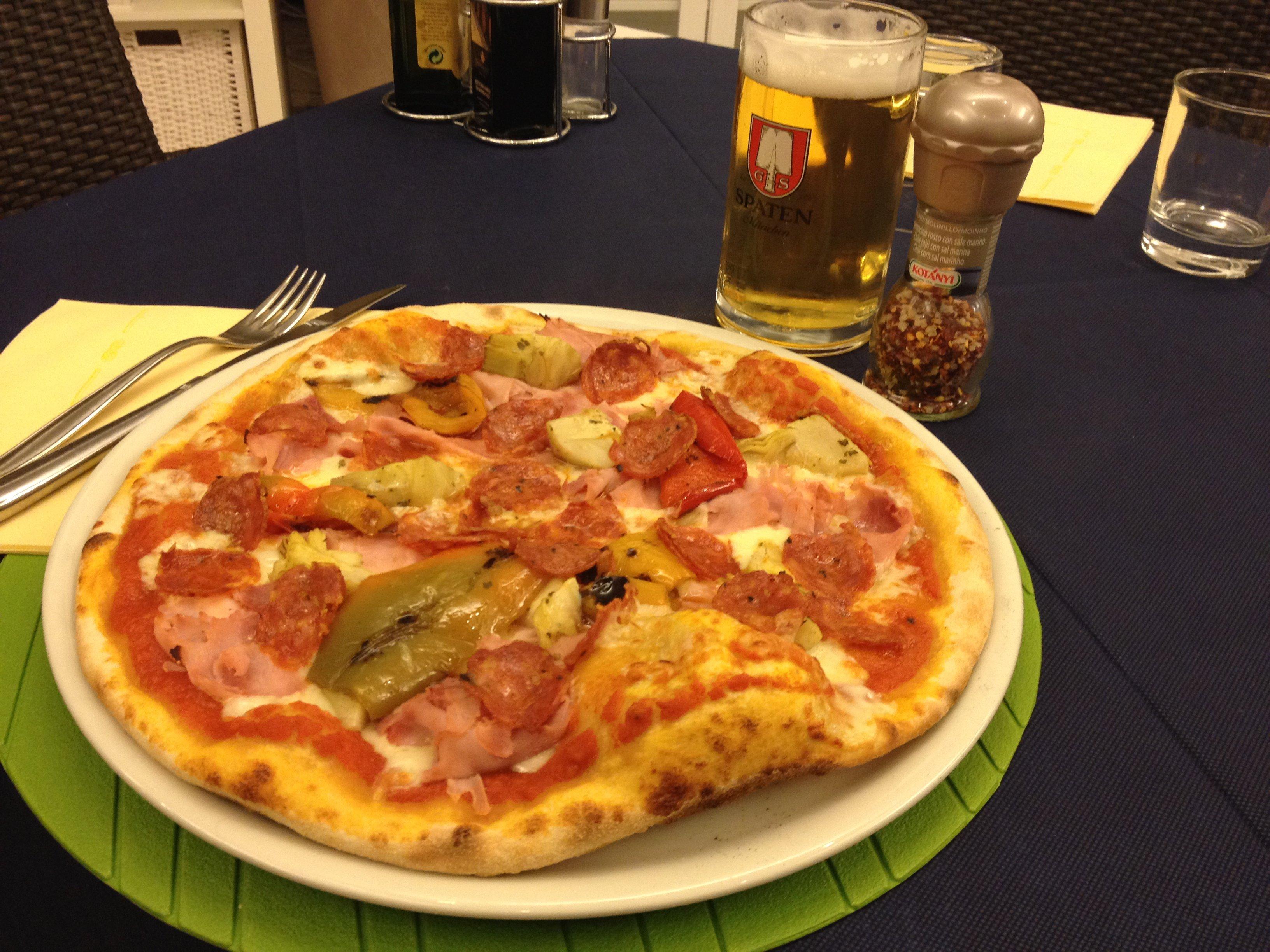 Pizza al piatto al salame