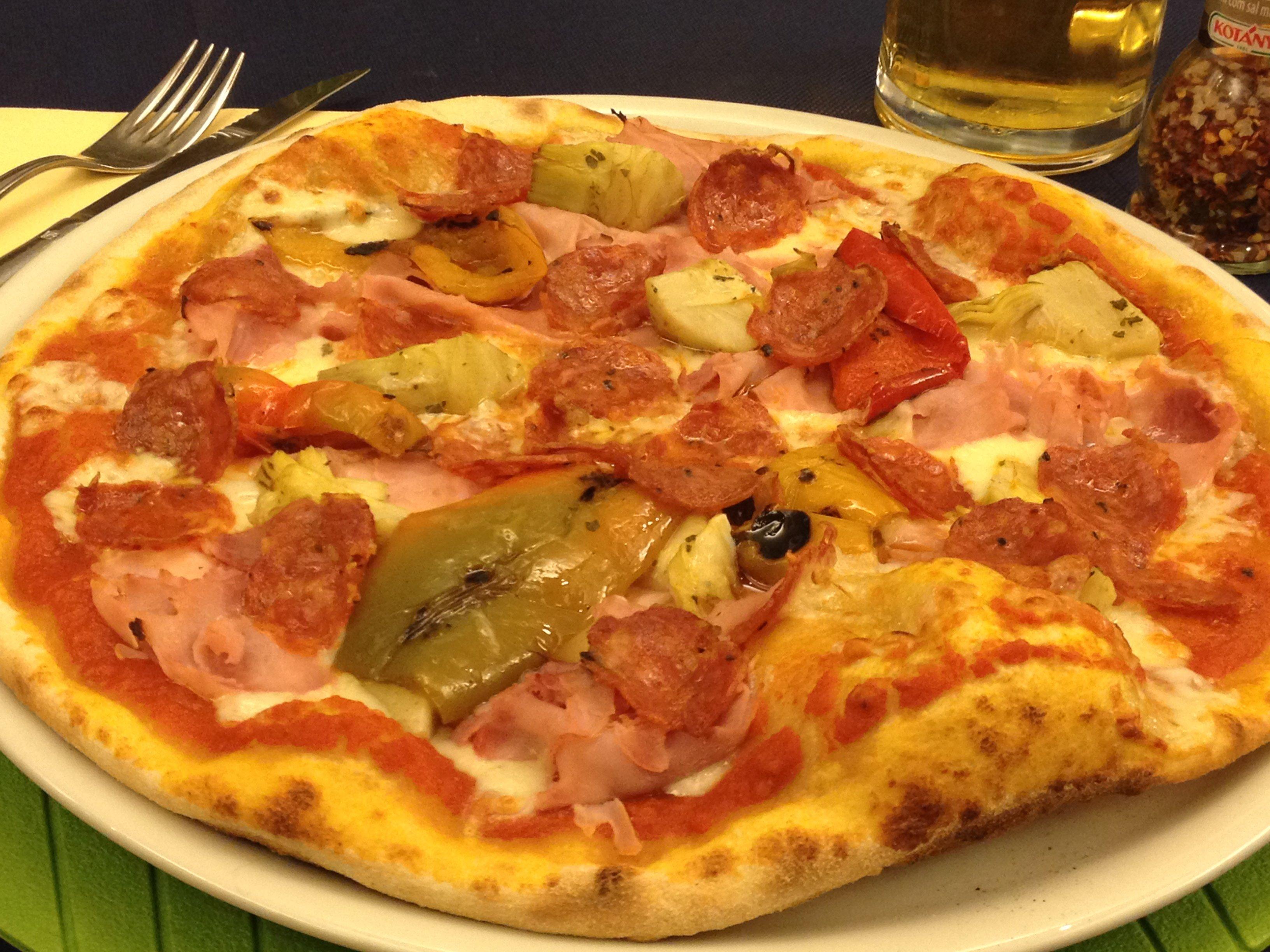 Pizza rossa col salame