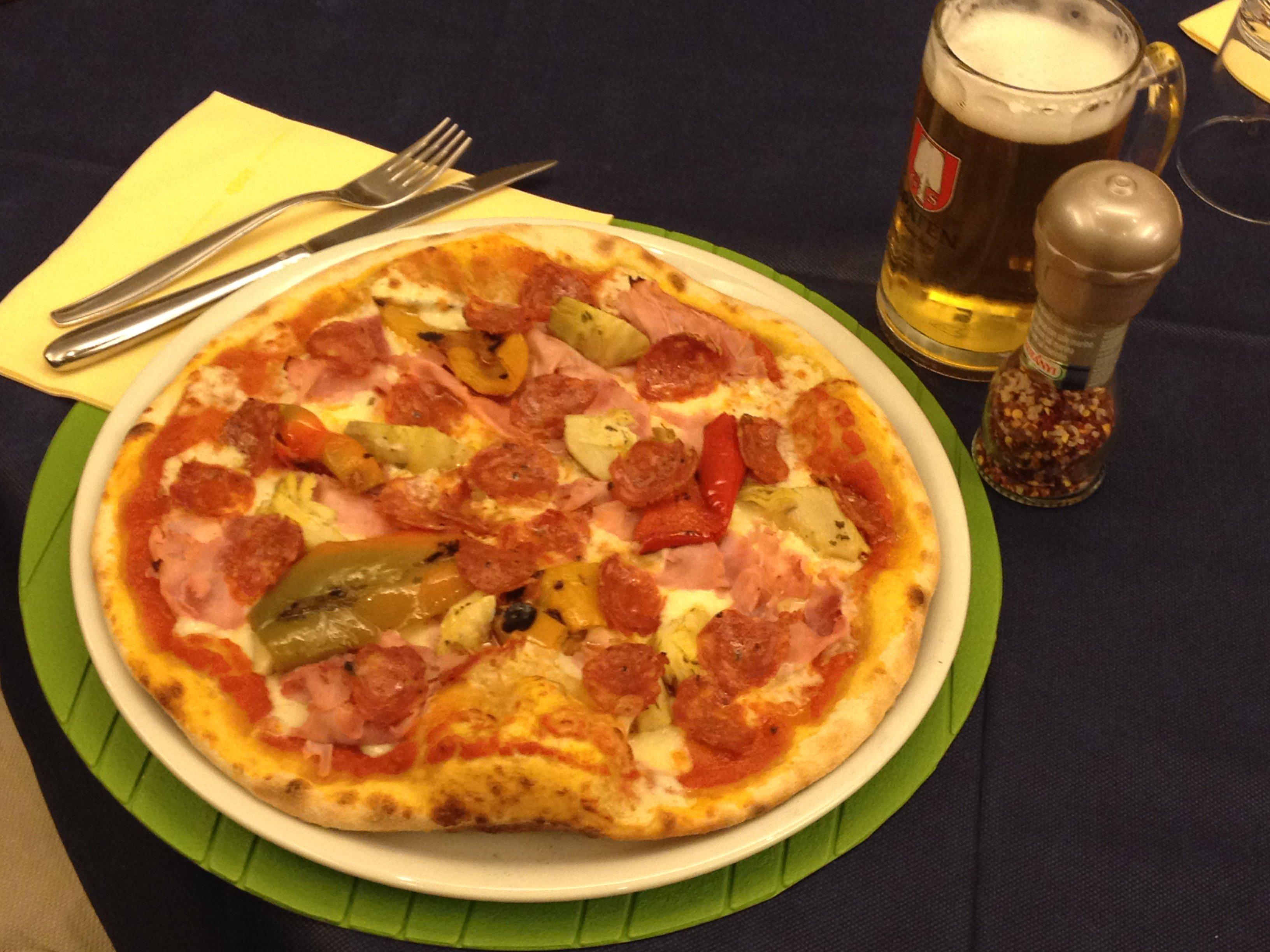 Pizza rossa in un piatto