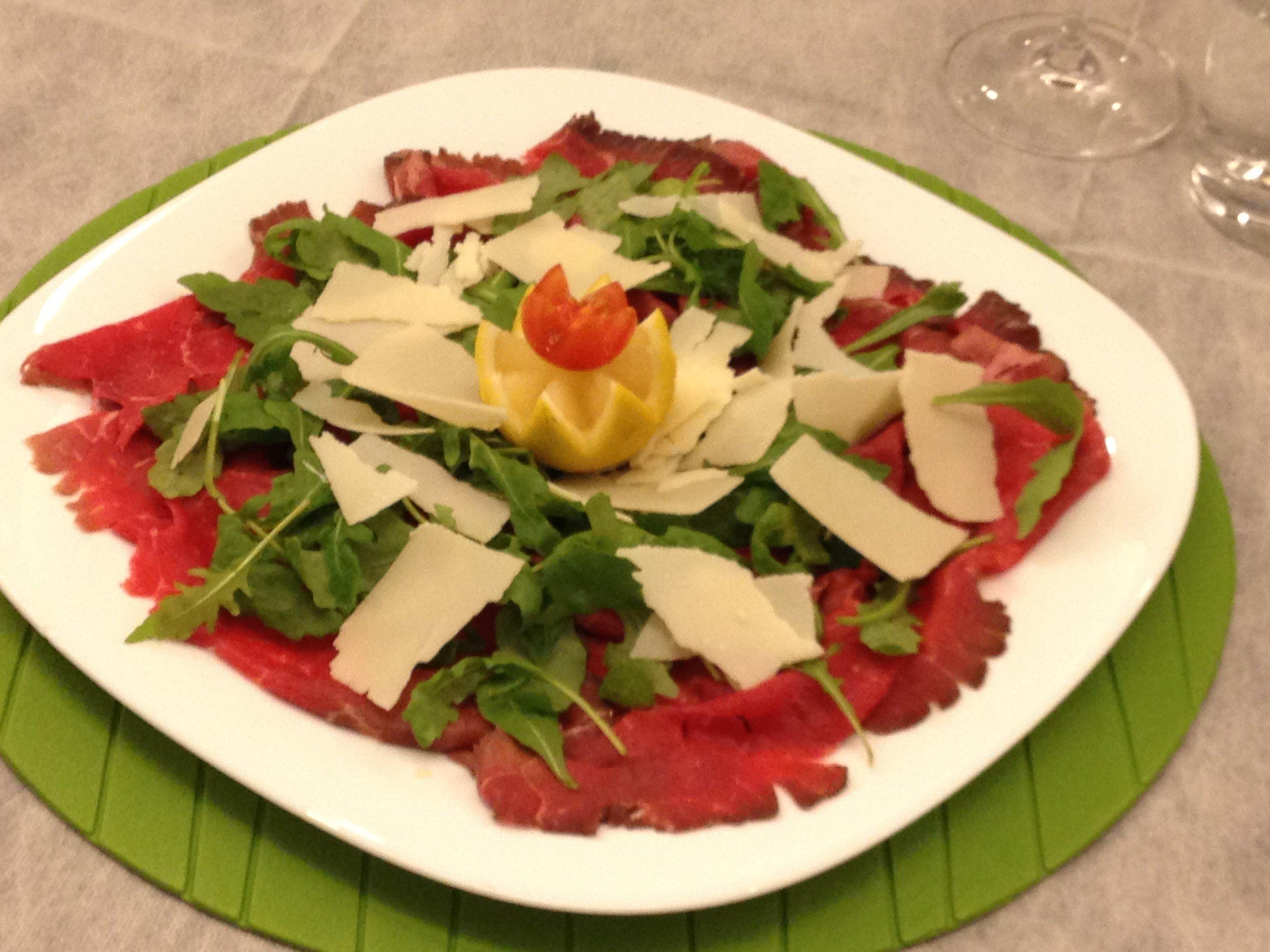 Piatto di carpaccio con rucola e parmigiano
