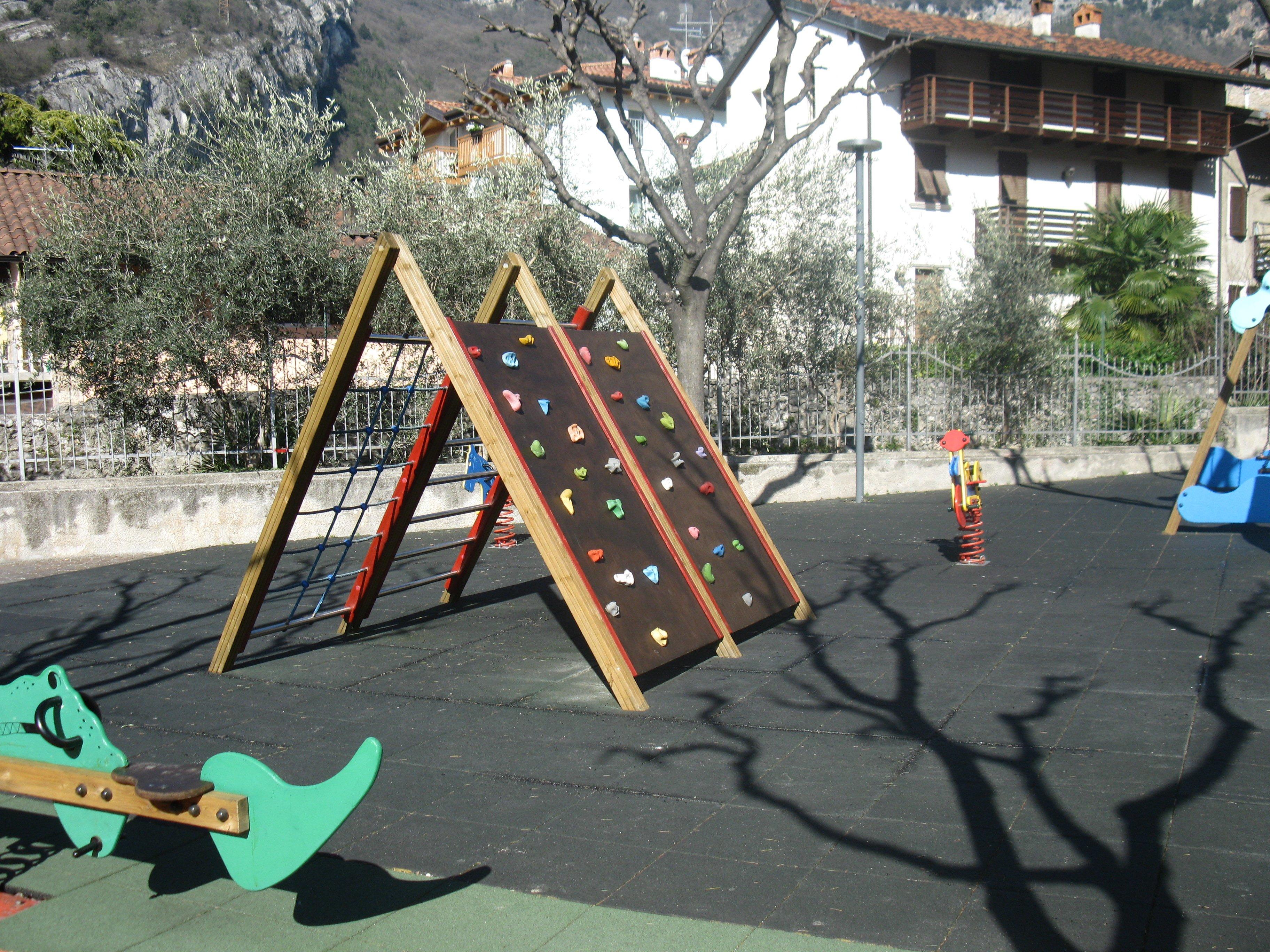Parco giochi con piccola parete di scalata per bambini
