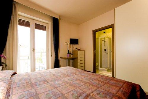vista angolare camera doppia con bagno privato