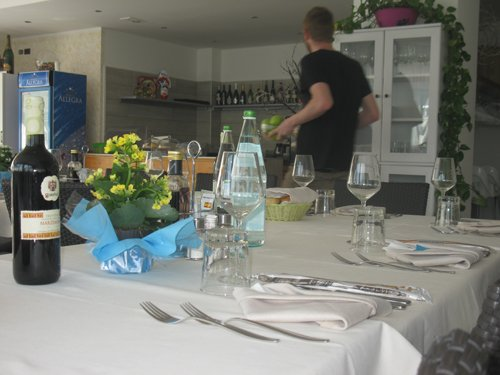 cameriere prepara i tavoli per i clienti