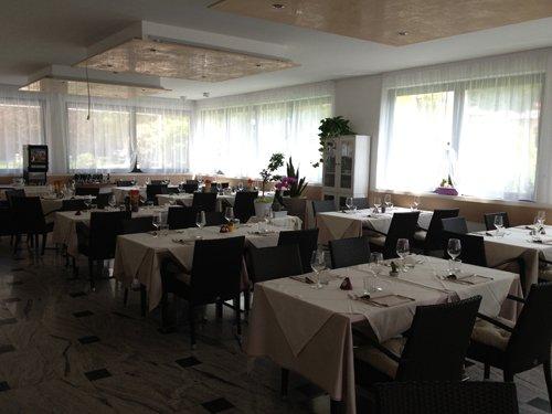 tavoli sala da pranzo vista laterale