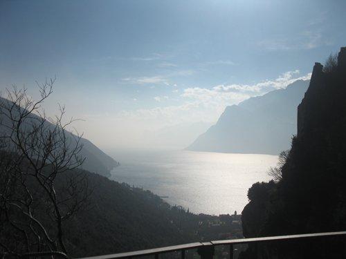 suggestiva immagine di un lago tra le montagne