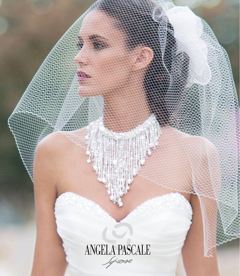 donna in abito da sposa con scritta ANGELA PASCALE