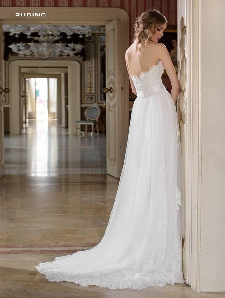 vista dietro di una donna in abito da sposa