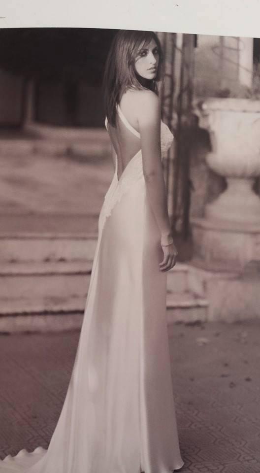 vista laterale di una bella donna in abito da sposa clasico