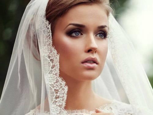 una bella donna in abito da sposa
