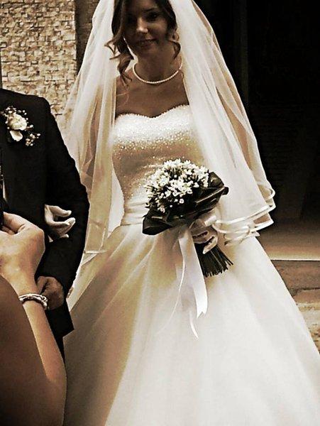 donna in abito da sposa con bouquet