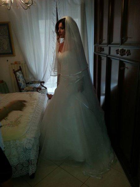 donna in abito da sposa in una camera da letto