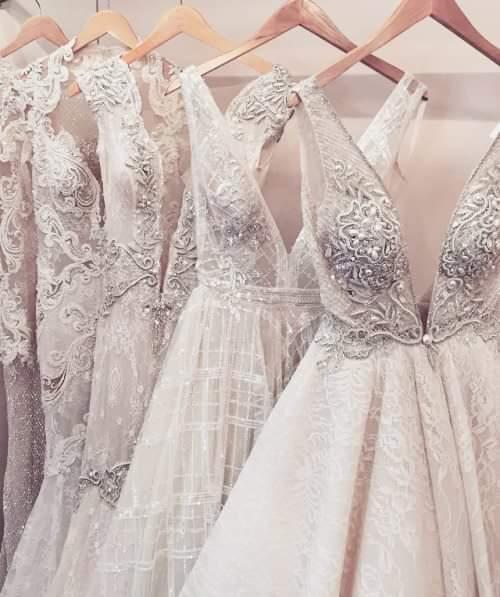 abito da sposa appeso in appendiabiti