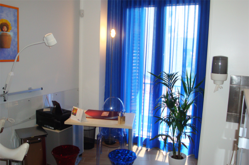 Angolo dell'immissione in colori chiari e il tocco blu delle tende e le sedie