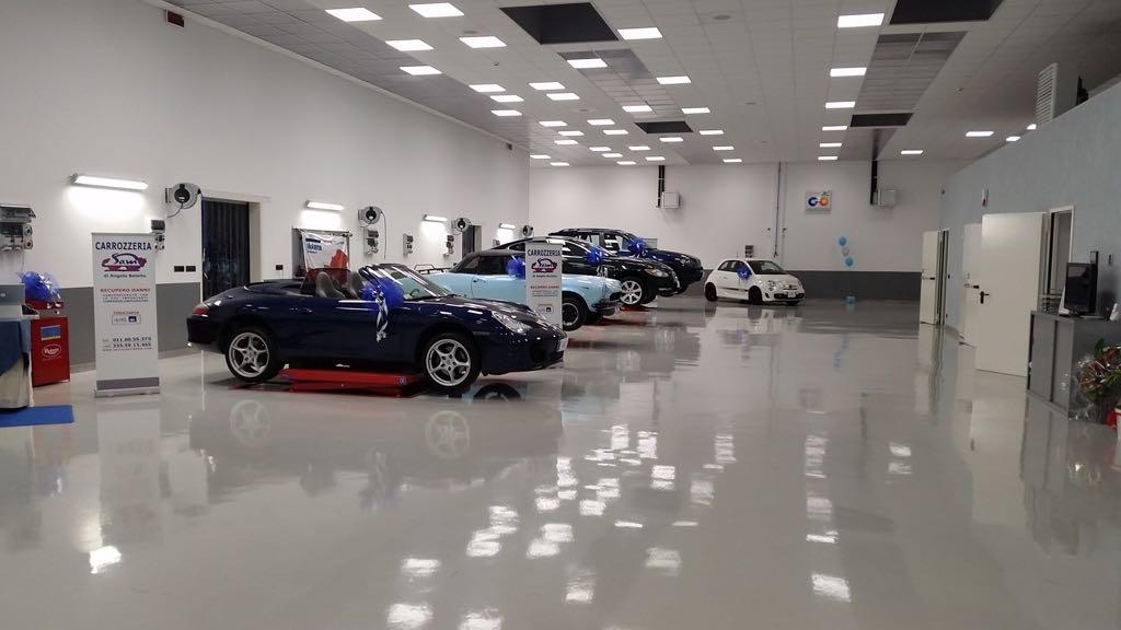 showroom di auto con illuminazione a faretti