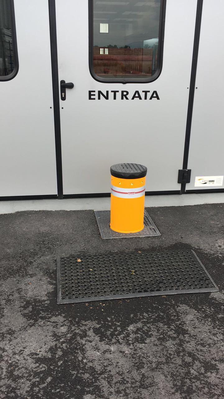 palo di fronte all'entrata