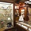 interno del negozio con esposizione di gioielli