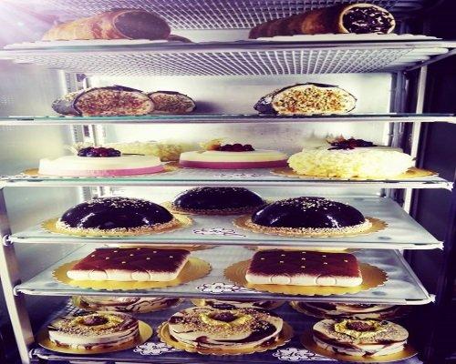 espositore pieno di torte