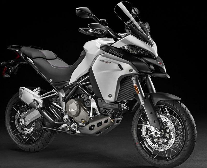 una moto Ducati color grigio e nero
