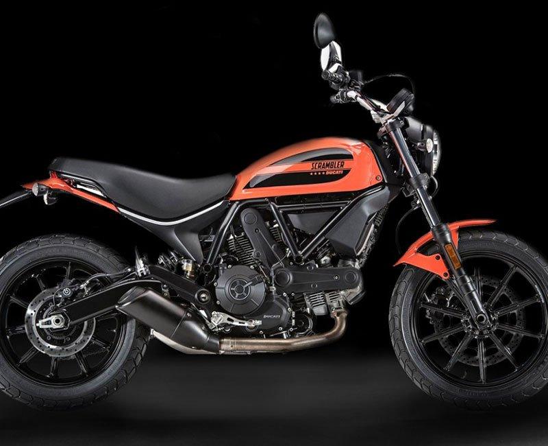una Ducati Scrambler arancione e nera
