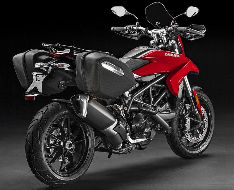 Una Ducati nera e rossa vista dal dietro