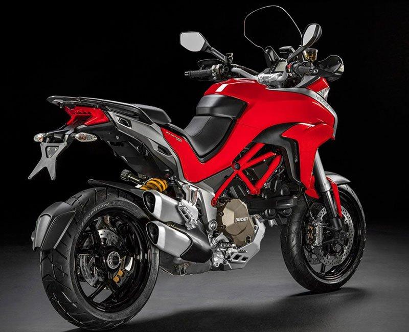 una Ducati grigia,rossa e nera vista dal dietro