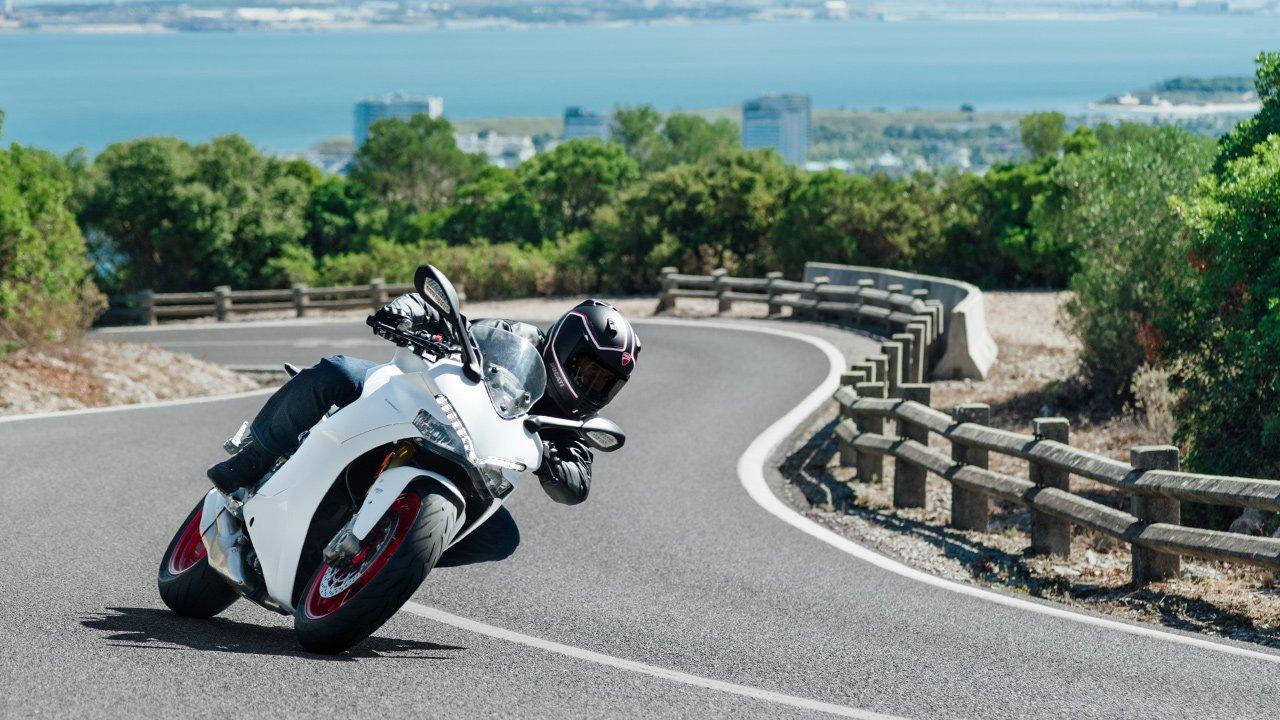 una Ducati Grigia Parcheggiata in una pista