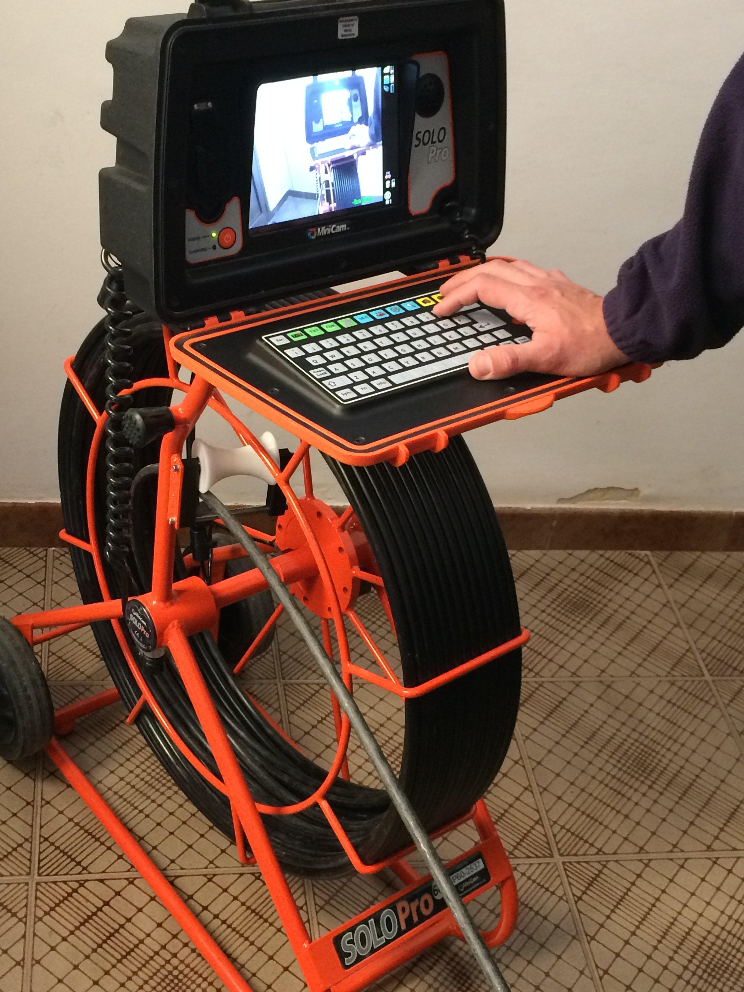 un macchinario con un cavo ottico e un display per le ispezioni